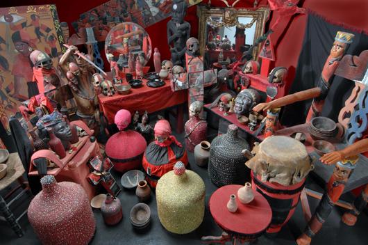 Ett vodoualtare är med sitt överflöd av föremål och sin dramatiska färgsättning en utställning i sig.