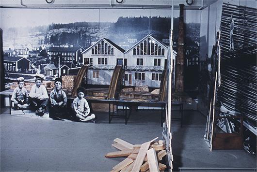Anders arbetade scenografiskt. Detaljer ur meterförstoringar av foton är monterade på kraftiga träskivor som placerades framför eller bakom varandra som sättstycken på gamla teatrar.