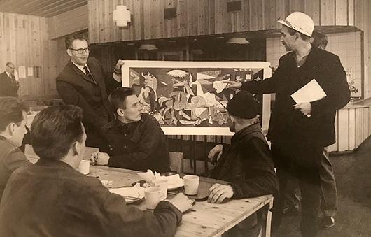 Konstpedagog Carlo Derkert visar Picassos Guernica i Kiruna.