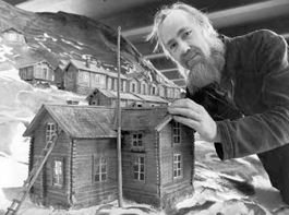Per-Uno Ågren vid Anders Åbergs modell av samhället Ammarnäs i Västerbottens museums basutställning 1976. Västerbottens museums fotoarkiv