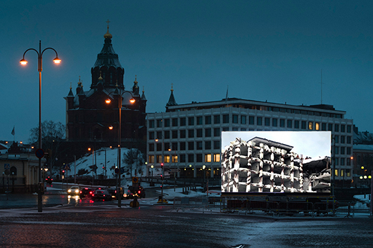 Fotot visar hur en 240 timmar lång film projiceras. Filmen visar hur byggnaden, Stora Enso-huset i Helsingfors, påverkas över dryga tusen år om tid var den enda påverkansfaktorn. Foto Veikko Somerpuro Länk om filmen och projektet.