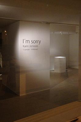 """""""I'm sorry!"""", Centralgalleriet Gävle 2013. Utställningen gestaltade att konstnären Karin Jonsson inte hade råd att genomföra en planerad utställning. De bidrag hon sökt hade inte beviljats. Efter en dialog skapade hon tillsammans med galleristen ett tomt rum med en stängd dörr, genom vilken ljudet av hennes gråt hördes."""" Foto: Johan Ågren"""