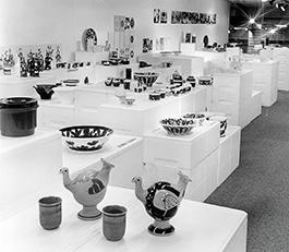 Sommarutställning på NDC år 1973 – porslin från Porsgrund Porselænsfabrik. Här ser vi ett exempel på en enkel, prisvärd lösning. Föremålen är placerade på polystyrenlådor som arrangerats i olika nivåer. Foto: Arne Svendsen