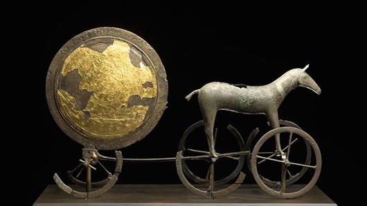 """Solvagnen, tidig bronsålder, en ikon för Nationalmuseet i Köpenhamn. Presentationen på museet är påkostad och innehållsrik, i kontrast till museets etnografiska samlingar som """"känns något övergivna och med föga förklarande text"""". Foto: Nationalmuseet, Köpenhamn"""