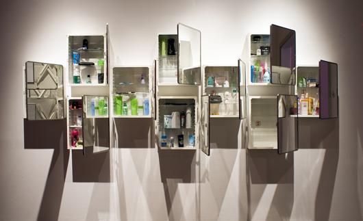 Kropp och identitet är utställningens huvudteman. Projektgruppen kom fram till att båda dessa teman möts i badrumsskåpen.
