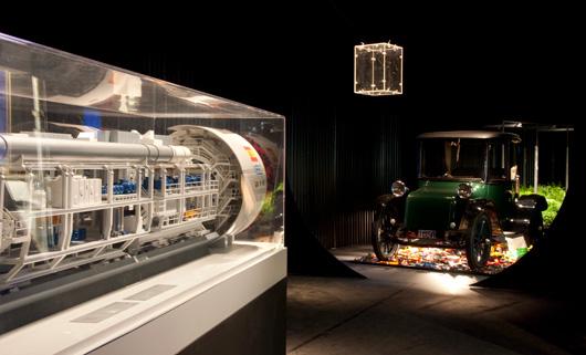 Modell av borrtunnel samt elbil från 1919 i skala 1:1