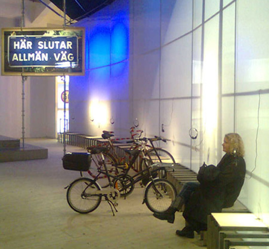 Dan Wolgers Här slutar allmän väg har fått en praktisk uppgift: hindra besökare att smita in i utställningen bakvägen. Foto: Eva Persson