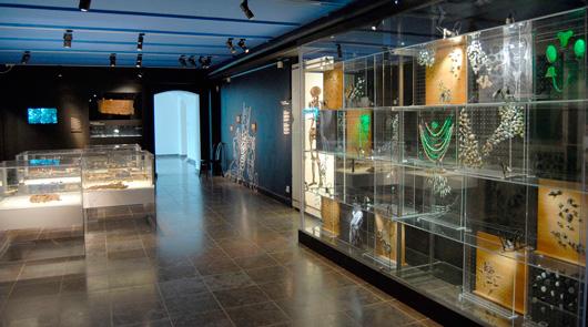 Folket i Uppåkra var uppenbarligen modemedvetna. I utställningen visas både en mängd olika typer av smycken och pedagogiska och trevliga montrar med skilda hantverkstekniker.