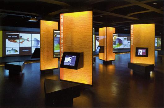 Museet över det portugisiska språket (Museu da Lingua Portuguese) i San Paulo i Brasilien, är ett verk Ralph Appelbaum Associates. Byggnaden ligger direkt ovanpå en järnvägsstation, och i ett 105 meter långt utställningsrum visar 35 projektorer elva olika bildspel om den brasilianska kulturen. I de trekantiga montrarna mitt på golvet skall föremål, foton och texter, som är mycket traditionellt sammanställda, fördjupa kunskapen.