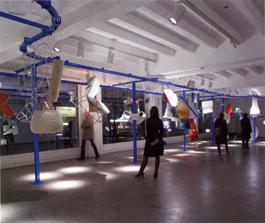När möbelarkitekten Patricia Urquiola skulle ställa ut på den årliga möbelmässan i Köln ville hon inte på brukligt sätt visa färdiga produkter på podium. Eftersom hennes möbler produceras industriellt lät hon dem passera revy - i olika stadier av produktionsprocessen - på en ställning för löpandebandsproduktion.