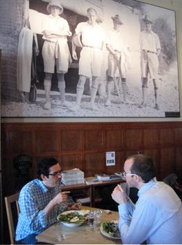 Arkeologerna 1931 här på plats i Bagdad café Foto: Eva Persson