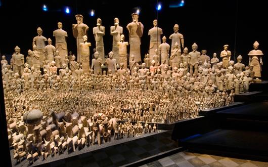 Antalet votivfigurer från kultplatsen Ajia Irini har i nyuppställningen dubblerats tack vare en spegelvägg. Det är som en hälsning från Cyperns museum i Nicosia där andra hälften av de tvåtusen terrakottaskulpturerna nu befinner sig. Foto: Ove Kaneberg