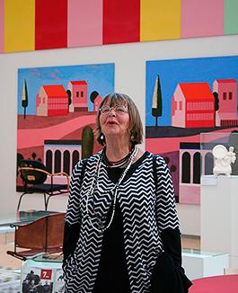 Eva Persson under ett besök i utställningen Mats Theselius universum på Vandalorum. Foto: Inger Hammer