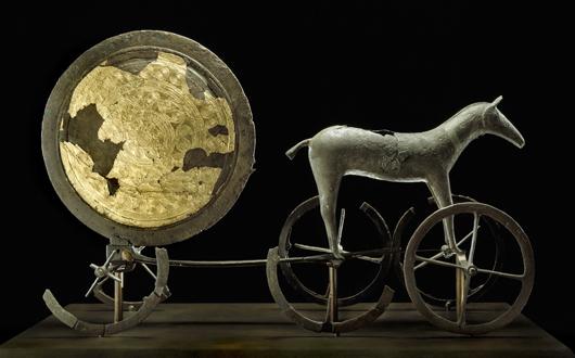 Den som besöker Danmarks Oldtid får se ett av Nationalmuseums mest berömda föremål, Solvagnen från 1350 f.Kr.