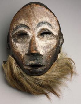 En läkekunnigs dansmask, från trakten av Mukim- bungu i nedre Kongo. Tidigt 1900-tal. Ur Etnografiska museets samlingar.