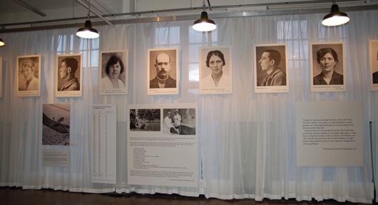 De stora fönstren har täckts med ett vitt, halvtransparent tyg som gör att fotona på ett intrikat sätt kommunicerar med miljön utanför museets väggar. Det utsträcker utställningens ämne i det offentliga rummet och skapar en diskussion, inte minst med besökande skolklasser.