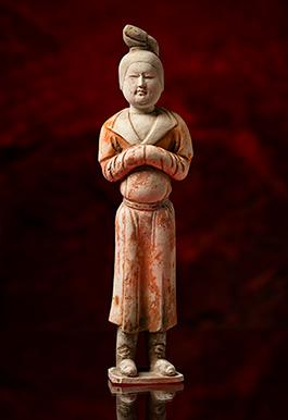 Keramikskulpturen från Tangdynastin (618-907) föreställande en kvinna klädd i manskläder kunde nyligen beskådas i utställningen Staden vid Sidenvägen.  Foto: Karl Zetterström, Världskulturmuseerna