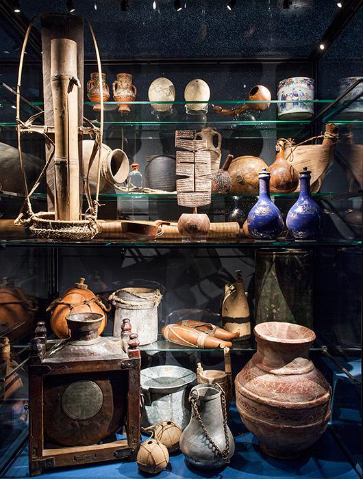 Lerkärl, kalebasser, strutsägg, skinnsäckar och bamburör har använts i olika delar av världen för att hämta det livsviktiga vattnet. Foto: Ina Marie Winther Åshaug, Världskulturmuseet