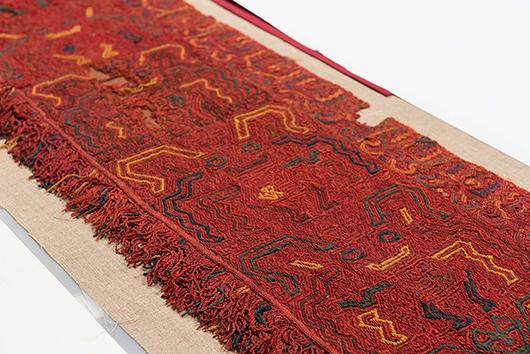 Ett rött Paracasfragment med föremålsnummer 1932.16.0165 påminner oss om hur tunn gränsen kan vara mellan att stjäla och att ta ansvar för kulturarvet. Foto: Världskulturmuseet