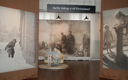 Sverige och förintelsen står på bottenplanet av Arbetes museum, ett utrymme som utnyttjats väl. Väggar som går från golv till tak leder besökaren runt utställningen på ett effektivt sätt och hjälper till att sätta fokus på den del av utställningen man befinner sig i.