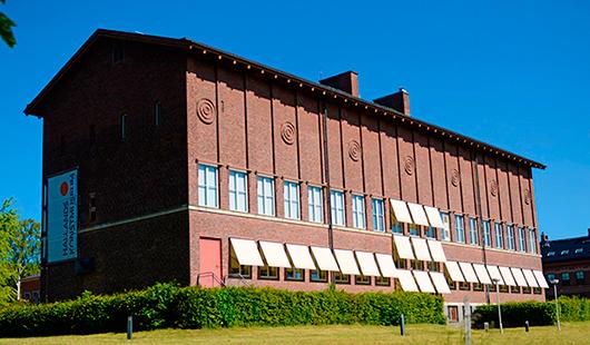 Museet i Halmstad, ett av de första länsmuseer som kunde flytta in i en för museiverksamhet nyritad byggnad 1933. Här reser sig det eleganta tegelhuset över den skulpturpark som sluttar ner mot Nissan. Foto: Hallands konstmuseum