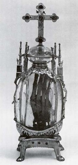Kyrkorna samlade på märkliga föremål och utvecklade montern som ett visningsformat för helgonrelikerna och oblaten. På bilden ett ostensorium med den helige Attilas handrelik från början av 1200-talet.