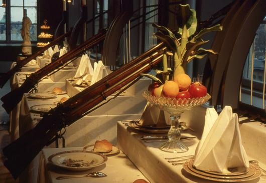 Arkitekten Stefan Alenius, som Eva samarbetade med i flera utställningar, kallade sig postmodern. I Sjätte sinnet (1991) gjorde han denna installation av ett bröduppror i Norrköping 1867. Då försvarade de rika med vapenmakt sin rätt till luxuösa middagar, medan folket åt barkbröd. Foto: Horst Tuuloskorpi