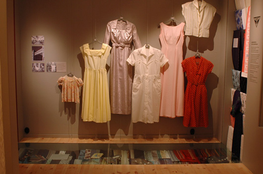 Nylonklänningar, sydda av tyg från Gäfle Ångväferi, lika konstlöst som kongenialt exponerade.