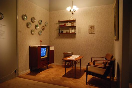 Länsmuseet Gävleborg vill vara ett museum för hela familjen. I Modärna tider har man tänkt både på barnens lekbehov, som första och sistabilderna visar, och mormors trötta fötter. Denna TV hörna är en av flera rekonstruerade hemmiljöer med tillträde för besökarna.