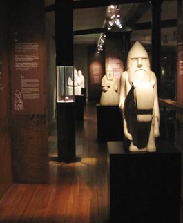 """Vikingar – mellan Oden och Kristus. Här skildras inte primärt perioden 790–1066 e.Kr. utan """"en manlig minoritet, högt placerad i den tidens sociala hierarki"""". Utställningens """"här"""" är å ena sidan Västsverige och representeras bland annat av det centralt placerade Äskekärrskeppet som hittades i Göta älvdalen år 1933. I övrigt präglas utställningen av rörelse och ett andligt """"här"""". Foto: Göteborgs stadsmuseum"""