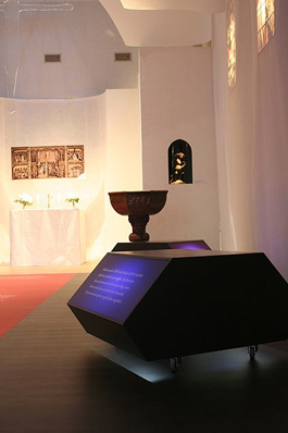 Dopfunten på sin nuvarande plats i kyrkan samt en av de rörliga informationsbänkarna. Foto: Mats Gustavsson