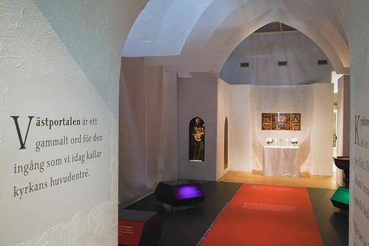 En liturgisk färgskala i inredningen bidrar till fiktionen. Foto: Elisabeth Boogh, Stockholms läns museum