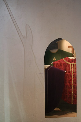Kyrkliga textilier i original och en skugga från krucifixet i plexiglas. Foto: Mats Gustavsson