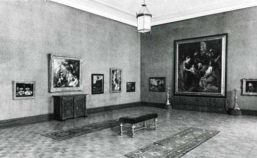 """Rubens konungarnas tillbedjan och andra barockmålningar med """"stilhistoriska markörer"""" i rummet (efter 1934). Foto: Göteborgs Konstmuseum"""