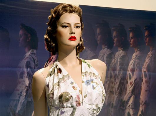 Tre samtidiga rörelser i ICON dressed: modellerna som marscherar fram på catwalken, lervande modeller fotograferade så att de gradvis framträder när man passerar dem och så besökarens egen vandring genom utställningsrummet. Foto: Röhsska museet