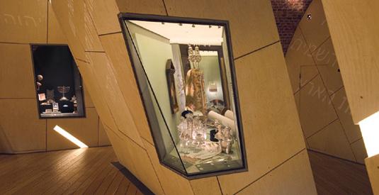 Kantiga montrar på det judiska museet i Köpenhamn. Foto: Judiska museet.