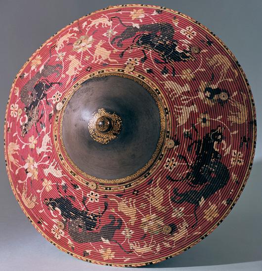 Från Prag kom 1648 denna persiska rundsköld som tillhörde Rudolf II:s berömda konstkammare på slottet Hradschin. Foto: Göran Schmidt