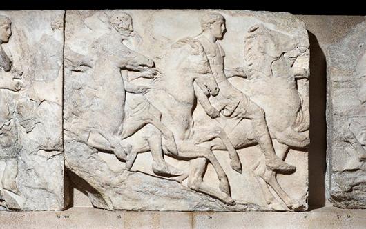 Procession på Athenas födelsedag med tre ryttare iförda rustning av förstärkt läder. Frisen skadades vid en krutexplosion i samband med att venetianska trupper besköt Akropolis 1687. Foto: British Museum