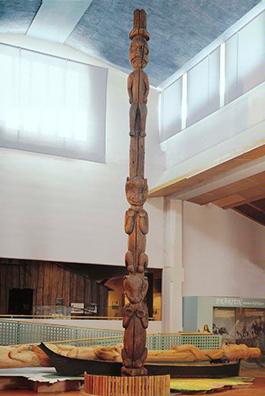 En nio meter hög totempåle från Haisla First Nation of Kitamaat berättar om det andliga mötet mellan hövding G´psgolox och den gode anden Tsooda. Etnografiska museet i Stockholm. Foto: Tony Sandin