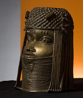 Minneshuvud, 1600-tal. Från ett kungligt altare i Benin. Kungen är iförd sin huva och krage av korall. I pannan ärrtatueringar. Etnografiska museet i Stockholm. Foto: Tony Sandin