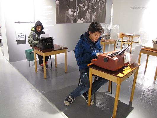 För dessa unga pojkar är hederliga gamla skrivmaskiner inte historia utan framtid: datorer med inbyggda skrivare!