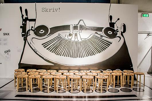 Här kan besökarna i ett roligt arrangemang förvandla sig till tangenter på en klassisk skrivmaskin.
