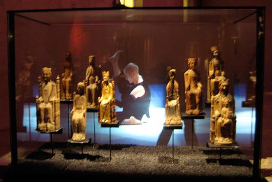 Bland de många nutida konstuttryck som möter Mariabilderna från medeltiden ses här ett långsamt, dröjande dansframträdande.