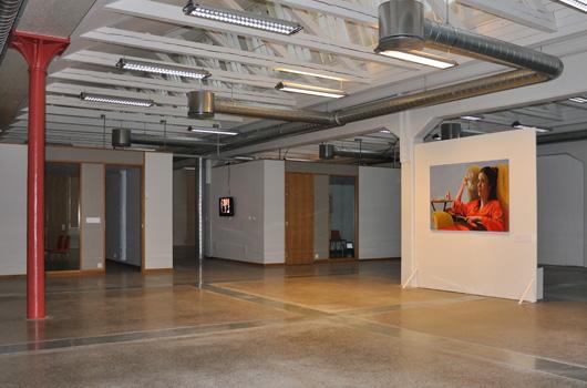 Karin Broos snygga men obehagliga målning Tiduret möter publiken på Museet för glömska i Norrköping. Till vänster skymtar George W. Bush i Maria Fribergs videoverk no time to fall.