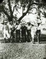 Eric Mjöberg längst t v med  några av sina medarbetare.  Foto: Etnografiska museet