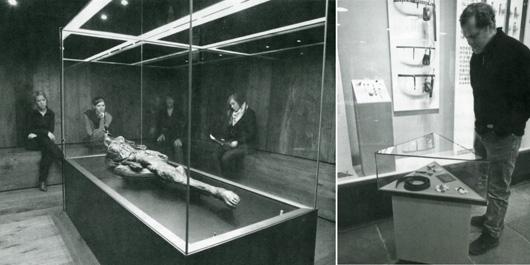 """Vad skapar känslor i en utställning? Det har undersökts på Moesgårds museum i Danmark och redovisas i Nordisk museologi 2009:1. Musik i utställningsrummet skapade stämning och förändrade besökarnas """"bruk av utställningen"""". En enkel monter med personliga tillhörigheter till en nutida soldat fick besökarna att stanna dubbelt så lång tid som vid en monter med förhistoriska föremål. Foto: Torben Morsö (t v) och Moesgård museum"""