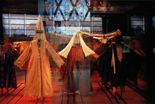 Monter med föremål i basutställningens asiatiska del i Musée du Quai Branly. Foto: Antonin Borgeaud, Musée du Quai Branly