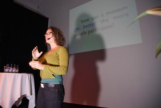 Nina Simon bubblade av entusiasm när hon under vårmötet i Stockholm talade om besökarnas delaktighet. Foto: Anna Gerdén, Tekniska museet