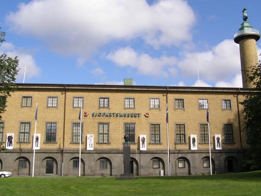 Sjöfartsmuseet fyller 75 år i år och visar en film från invigningsceremonin med Gustav V i täten. Hur glad hade han inte blivit om han hade fått uppleva en utställning om homosexualitet inom försvarsmakten prydligt uppsatt på museets fasad 2009.