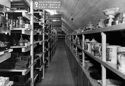 Västergötlands museum har en av landets äldsta samlingar, Fornminnesföreningen bildades redan 1863 och museet invigdes 1919. På bilden ser man magasinet i vindsvåningen som det såg ut 1945. Foto: Ivar Söderqvist